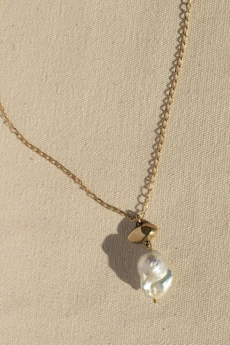 Big pearl eye necklace